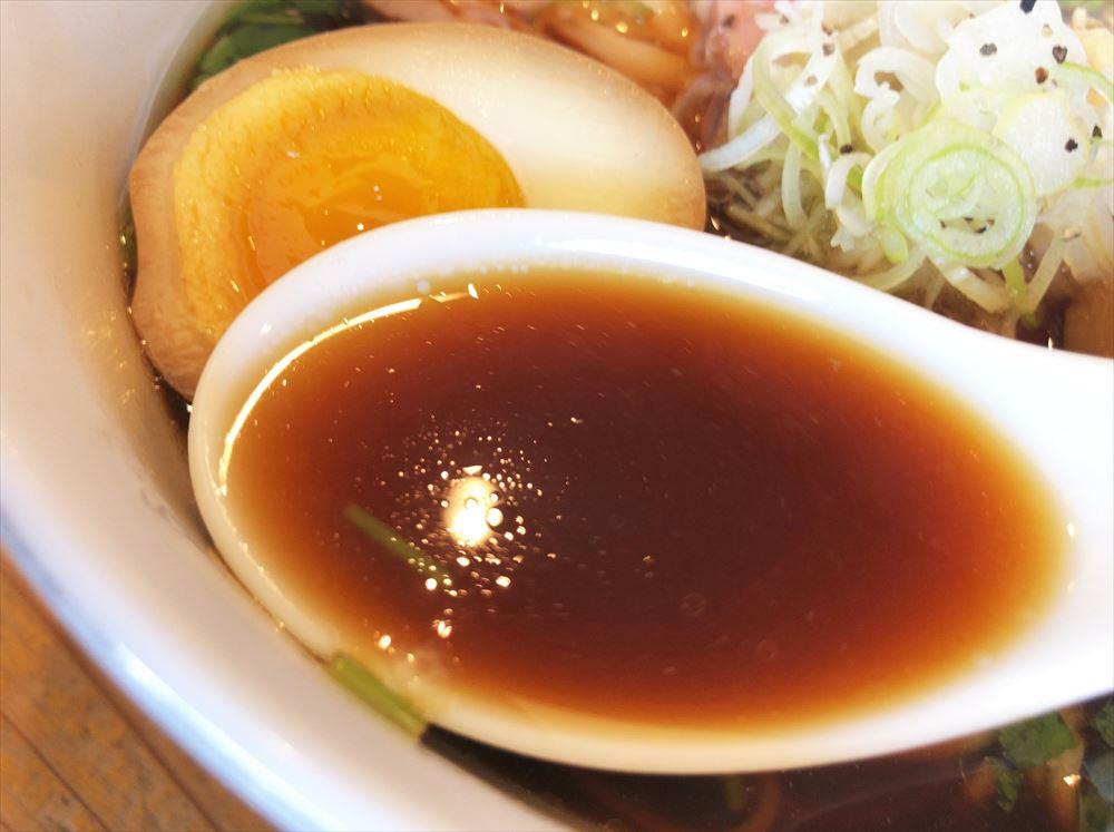 らぁ麺 めん奏心「金谷n BLACK」のスープ