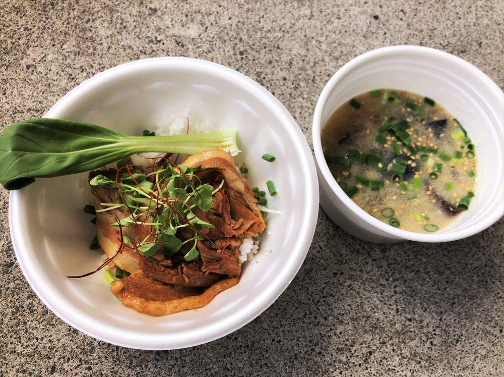 【ラボラトリー】の中華煮込み風 豚バラ丼、生きくらげと玉ねぎのたまごスープ