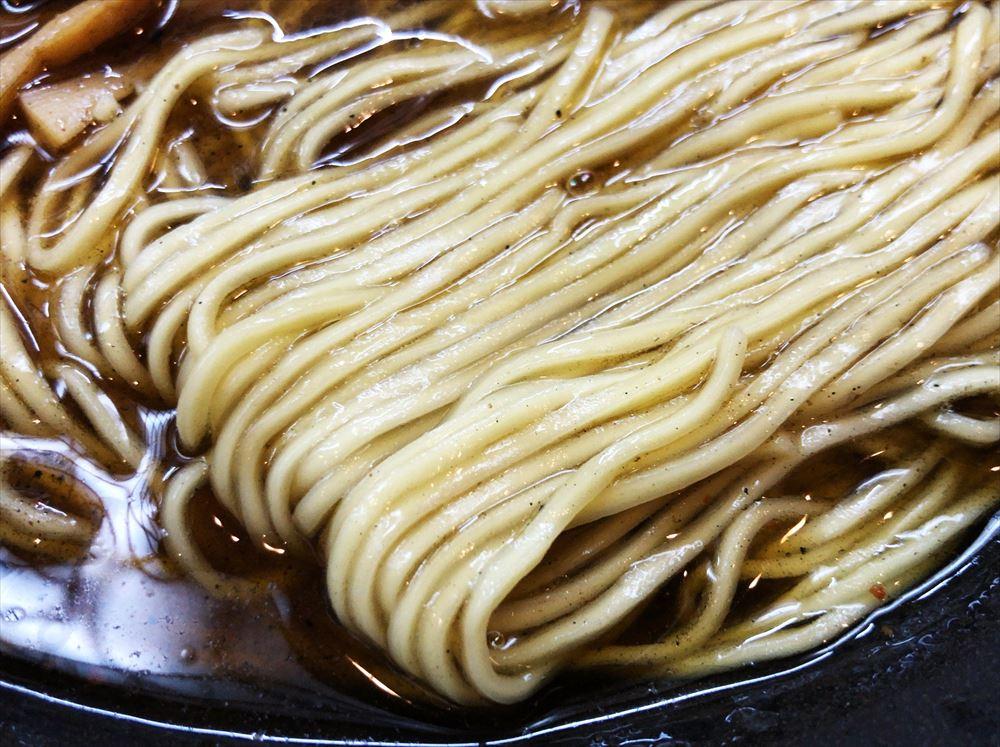 らーめん ヤマシロ「黒辛醤油そば(大盛)」の麺
