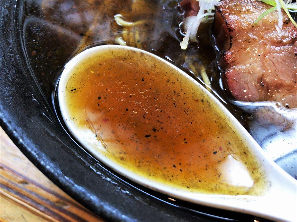 らーめん ヤマシロ「黒辛醤油そば(大盛)」のスープ