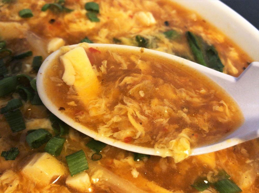 本場中国料理999小籠包「サンラータン麺」のスープ