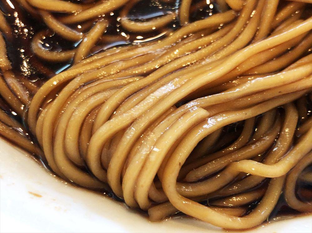麺屋 菜花奈「地鶏出汁(かけ)・醤油(古醤油、廿歳造)」の麺