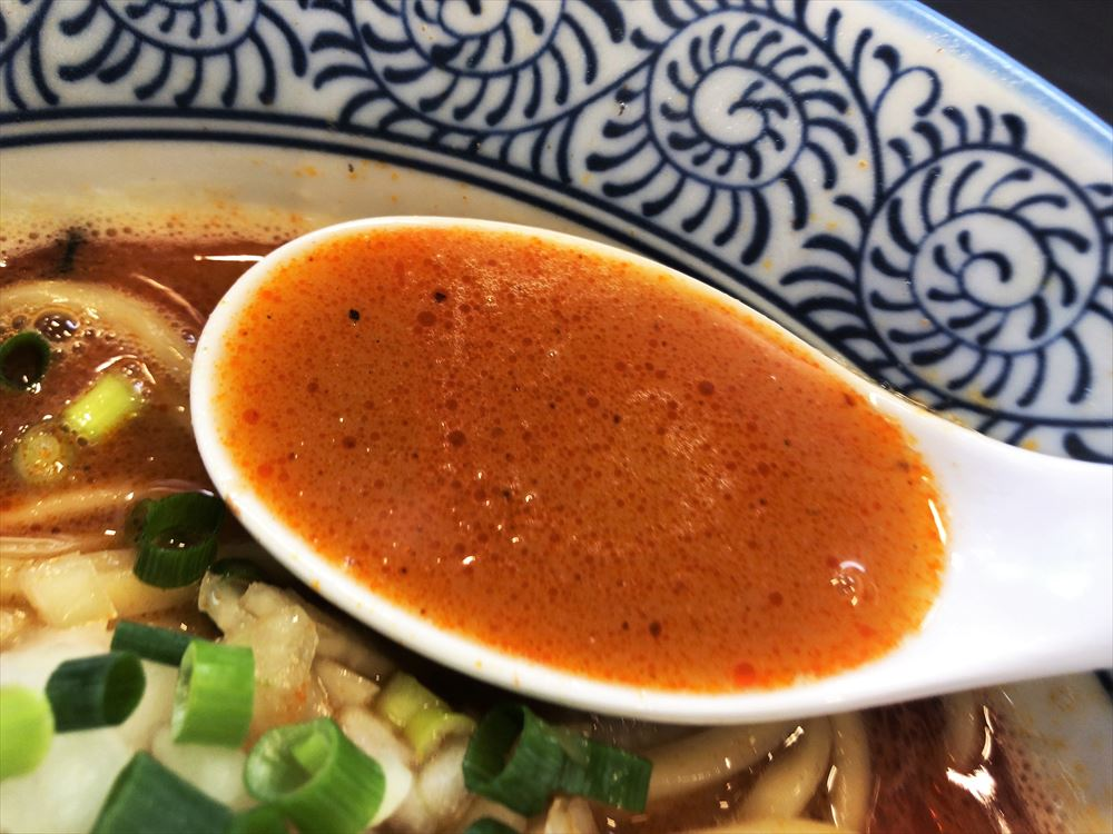 麺屋 AMORE「辛いバリ鰹」のスープ