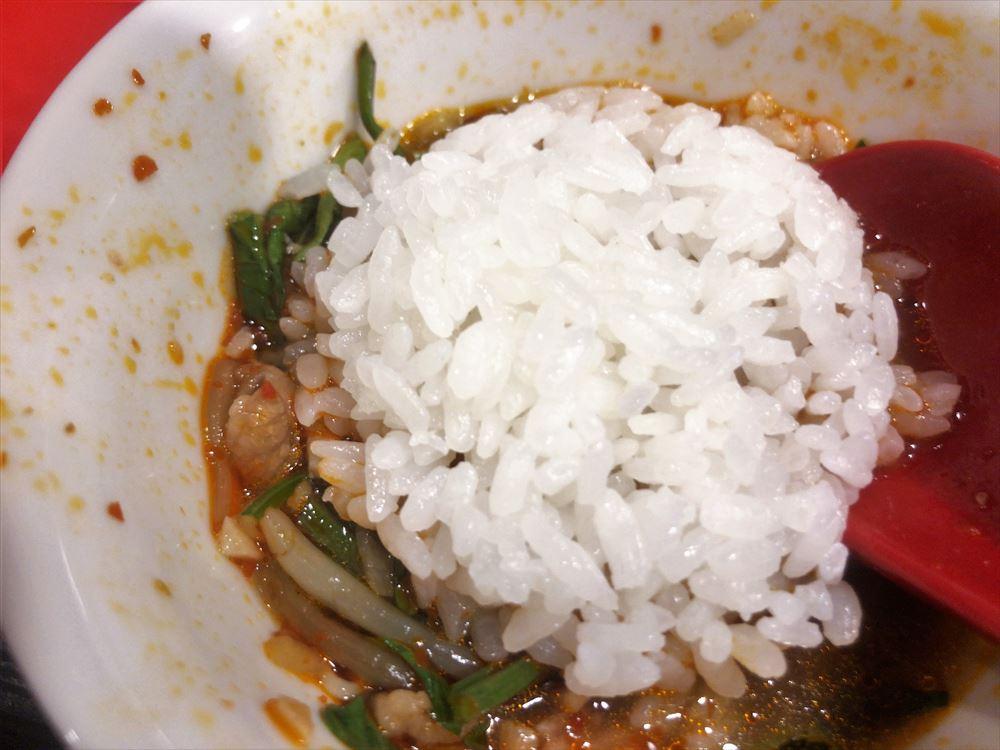 汁なし担々麺っぽい専門店 ラボラトリー「水煮肉片」ゴハン投入