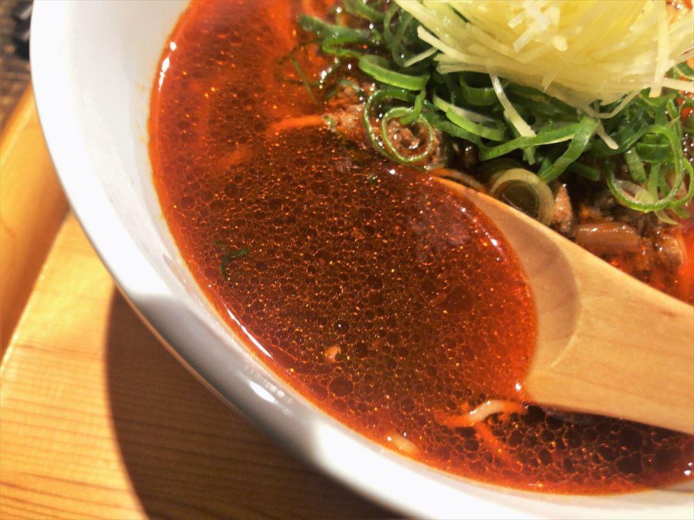 色彩膳 八っすんば「辛い生姜しょうゆらぁ麺」のスープ