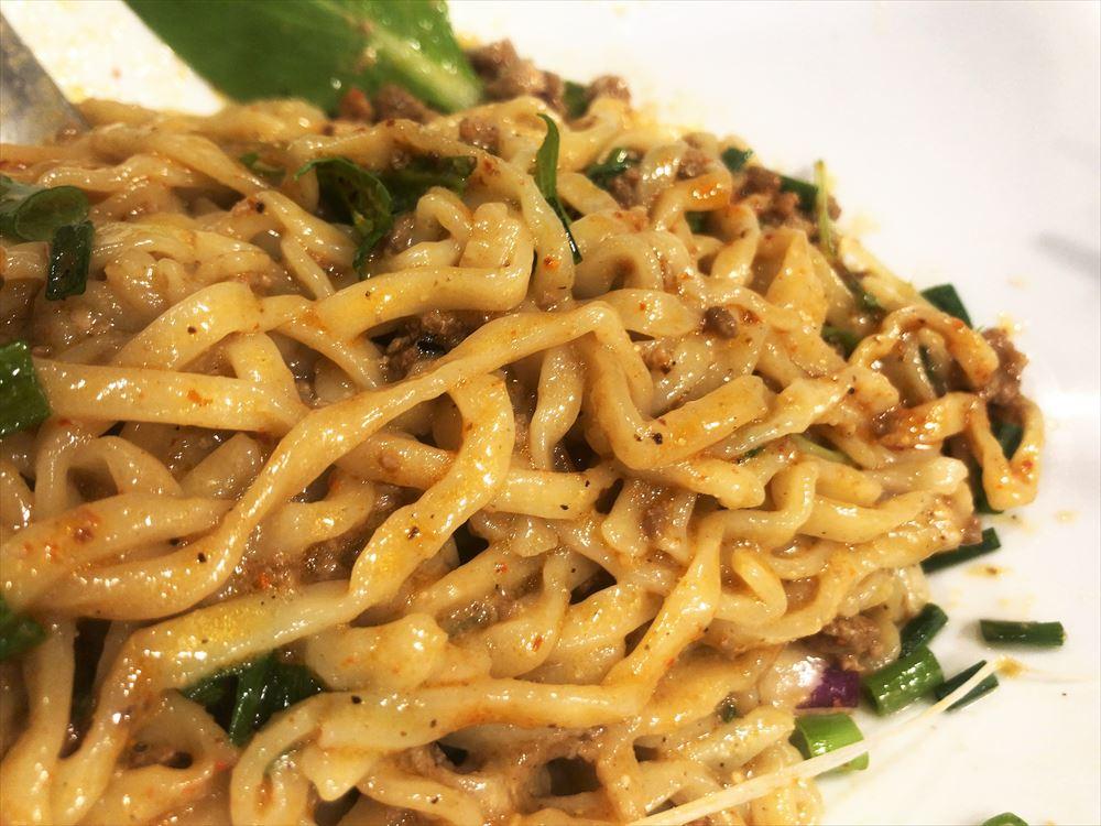 汁なし担々麺っぽい専門店 ラボラトリー「ラボタン白(辛さ3、痺れ3)」の麺