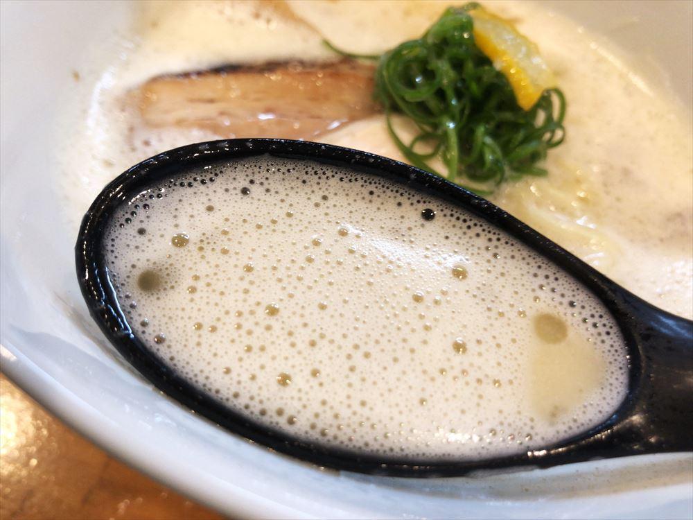 中華蕎麦 生る「赤鶏白湯そば」のスープ