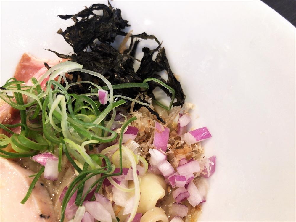 麺創房 LEO「もち小麦の冷香麺」投入