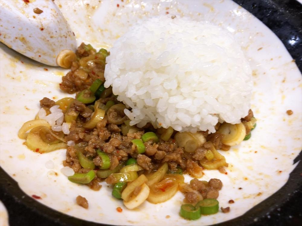 麺屋 つけ丸 有楽店「シビ辛汁なし坦々麺(大盛り)」追い飯投入